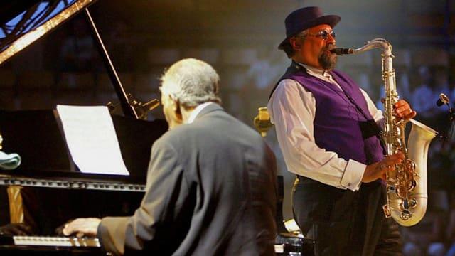 Der Tenorsaxophonist Joe Lovano auf der Bühne, begleitet von einem unbekannten Pianisten.