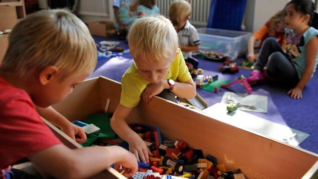Spielende Kinder in einem Kindergarten