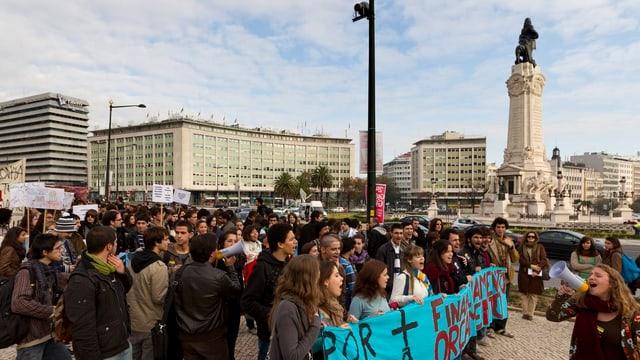 Studenten demonstrierten bereits vor zwei Jahren in Lissabon für bessere soziale Bedingungen. Nun soll im Bereich Bildung das Budget gekürzt werden.