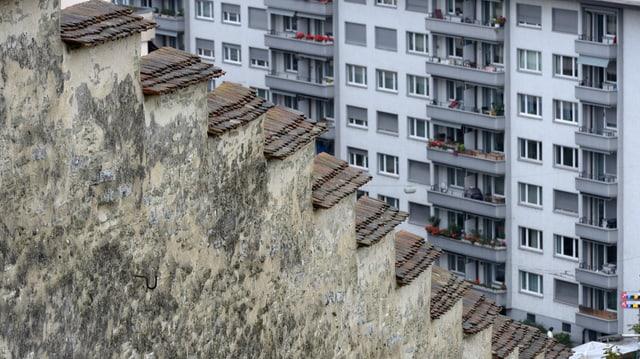 Blick auf die Museggmauer und ein Wohnhaus im Hintergrund