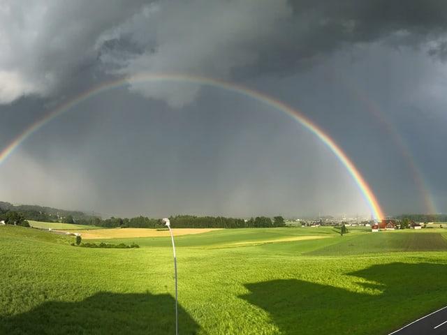 Doppelter sehr heller Regenbogen.