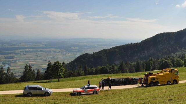 Verschiedene Fahrzeuge auf einem Berg