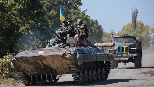 Ukrainische Soldaten auf einem Panzer