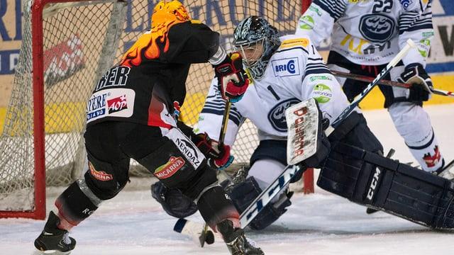 Topskorer Benny Plüss trifft für Fribourg gegen Ambri.