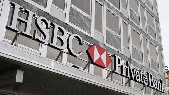bajetg aut cun fanestras grondas cun la reclama HSBC Private Bank