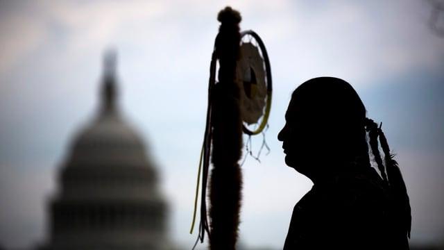 Mann in traditionellen Sioux-Kleidern vor Washington-Kapitol.