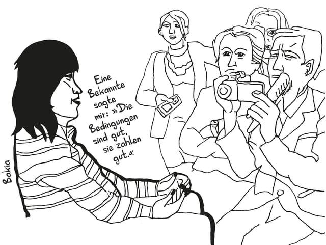 Eine Frau sitzt vor Journalisten