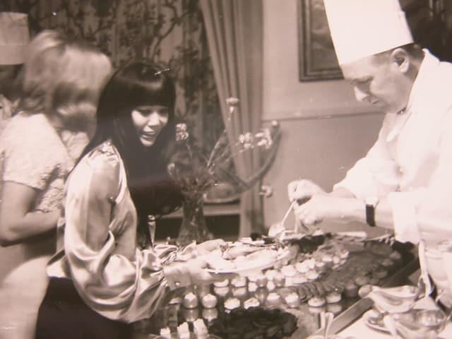 Ein Buffet, davor die Schauspielerinnen.