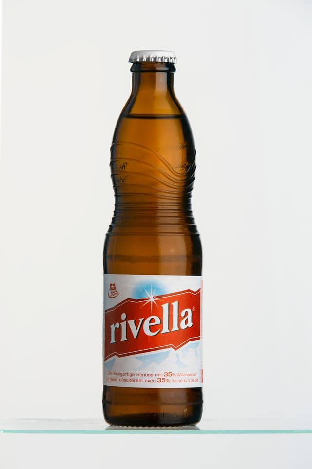 Eine einzelne Flasche Rivella Rot.