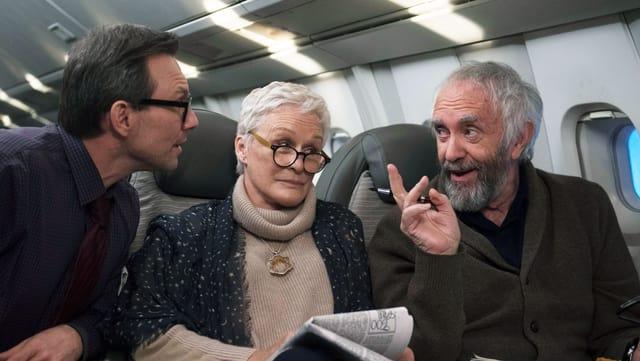 Zwei Männer und eine Frau im Flugzeug