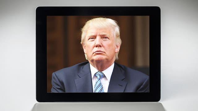 Auf einem Tablet ist ein Foto von Donald Trump zu sehen.