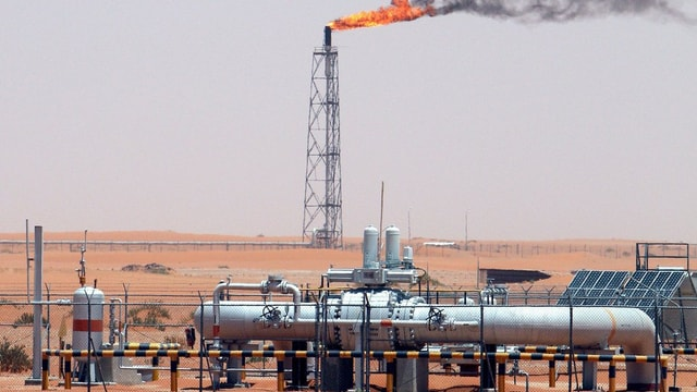 Ölfeld in der Wüste Saudi-Arabiens