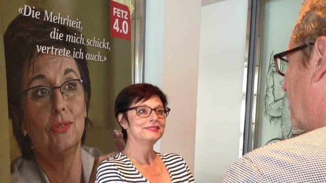 Anita Fetz im Gespräch mit einem Journalisten.