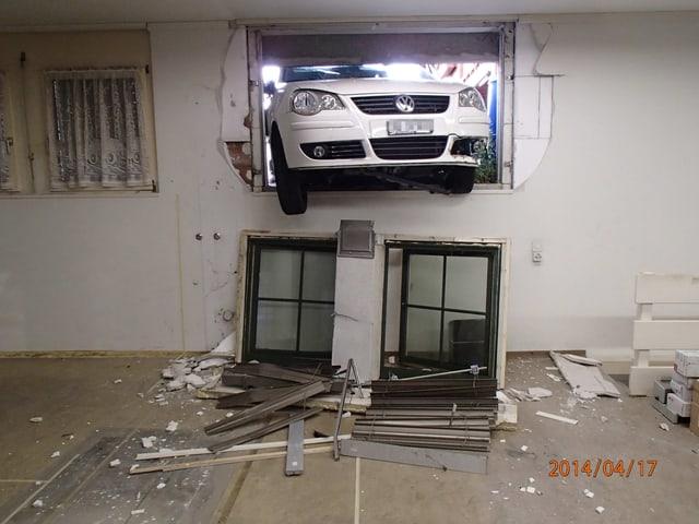 Der VW steckt im Fenster fest