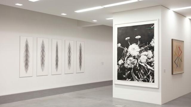 ein Raum mit einem Gemälde einer Blume an der Wand