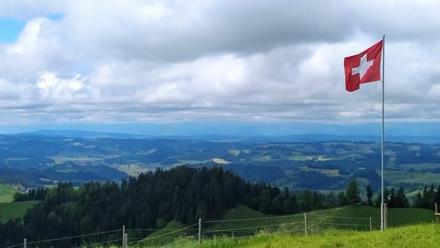 Blick von den Höhenzügen des Emmentals Richtung Jura.