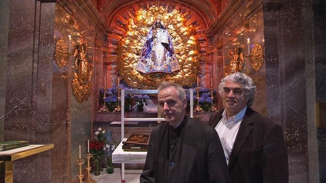Bruder Gerold (links) und Roland Huber vor der Madonna.