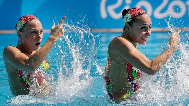 zwei Synchronschwimmerinen