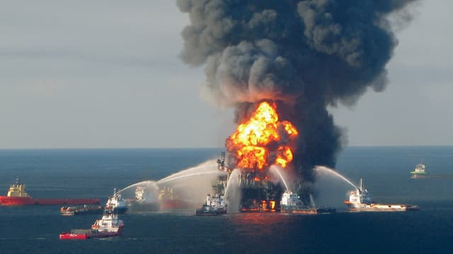 Brennende Öl-Plattform