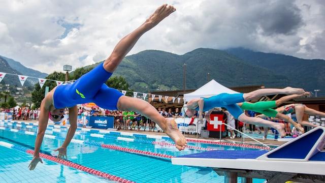 Sacha Touretski springt ins Wasser.