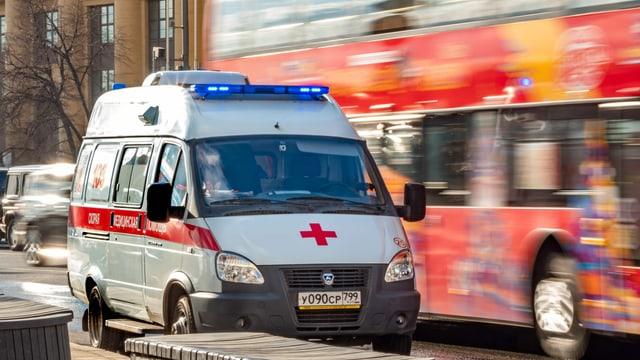 Symbolbild: Ambulanz im Moskauer Strassenverkehr.
