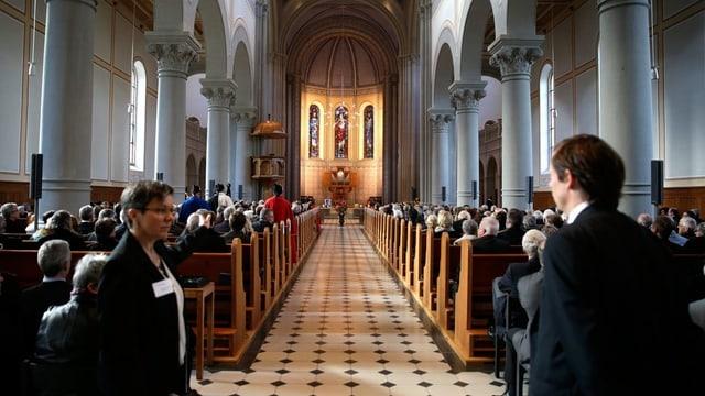 Die volle Kirche in Glarus.