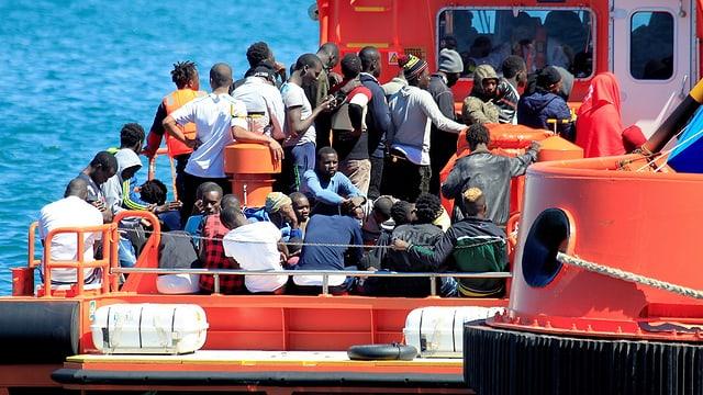 Dutzende Menschen auf einem spanischen Rettungsboot