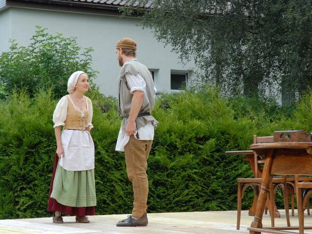 Vreneli und Hansjoggeli auf der Bühne, Restauranttisch.