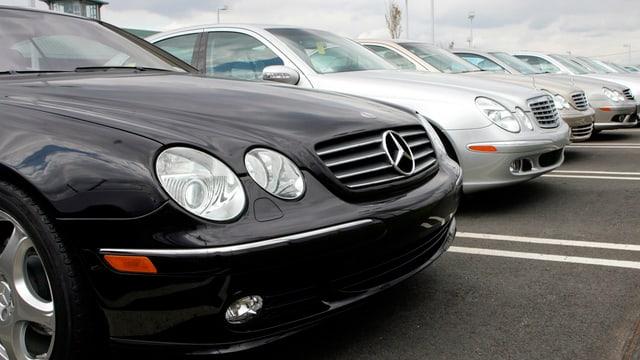 Mercedes Autos in einer Reihe parkiert