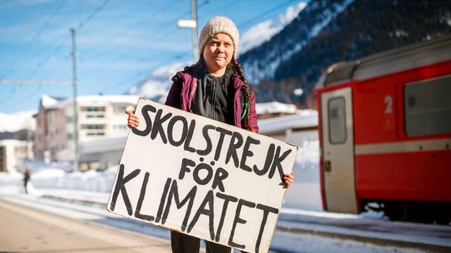 Greta Thunberg e ses placat a Tavau.