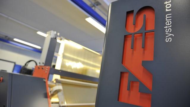 FAES-Schild in einer Fabrikantionshalle.