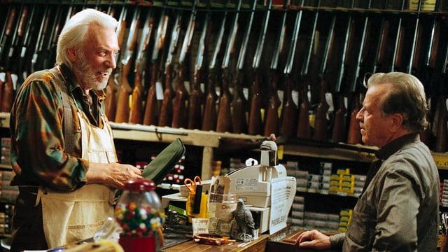 Im Waffenladen: Donald Sutherland als Carl Wilk (l.)