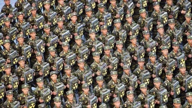 Hunderte Soldaten am Marschieren