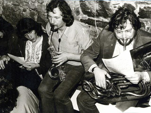Ein Schwarzweiss-Foto einer Band mit drei Männern.