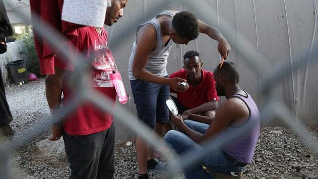 Flüchtlinge schneiden sich die Haare