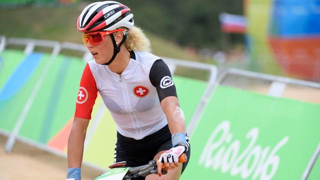 Jolanda Neff sitzt auf dem Bike.