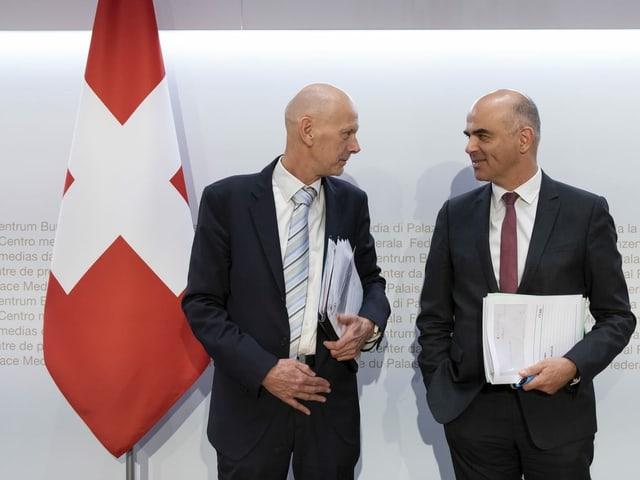Daniel Koch ed Alain Berset stattan in sper l'auter sper ina bandiera svizra
