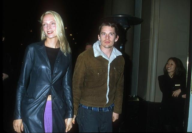 Blonde Frau in schwarzer Lederjacke neben kleinerem Mann mit brauner Jacke.