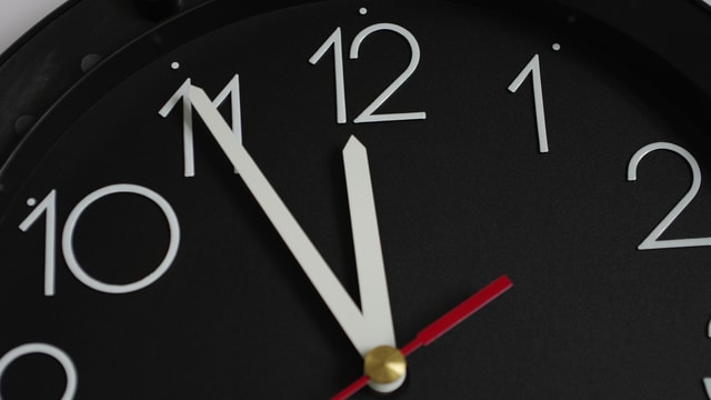 Ein Uhr zeigt 5 vor 12 Uhr an.