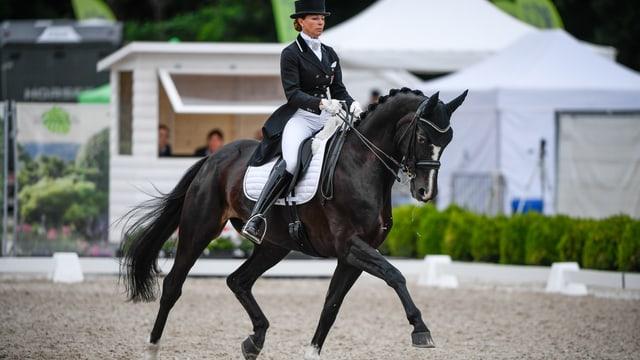 Eine Frau reitet auf einem Pferd