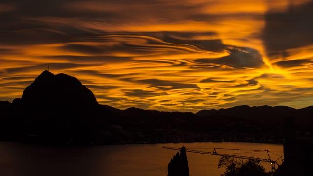 Blick von Norden auf den San Salvatore, der von wilden, gold-gelben Wolken umgeben ist.