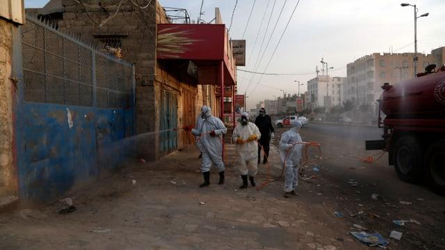 Desinfektionsaktion in den Strassen von Sanaa