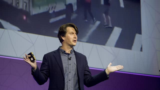 Niantic-Chef John Hanke bei einer Ansprache auf einer Bühne.