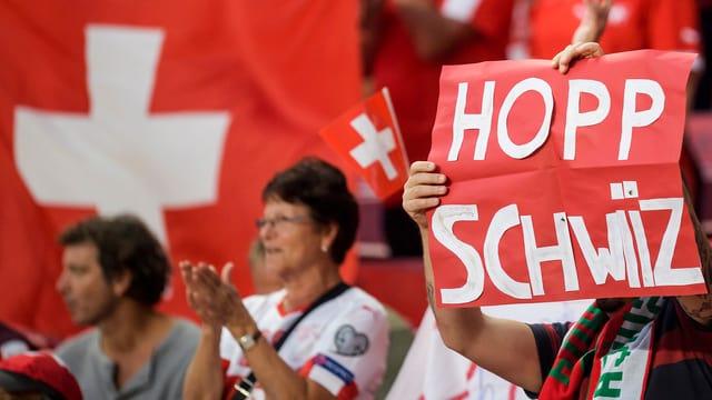 Fans aus dem Publikum mit einem Transparent «Hopp Schwwiz».