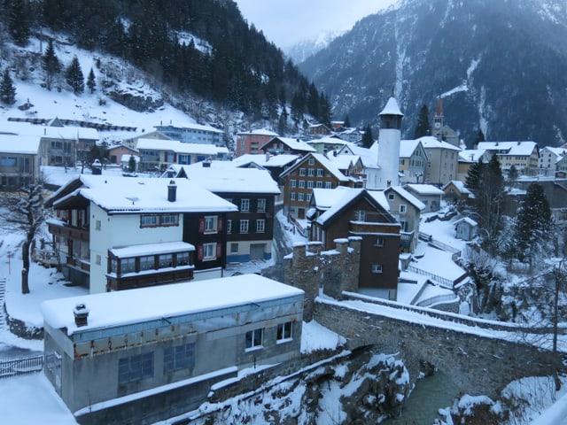 Ein verschneites Dorfzentrum.