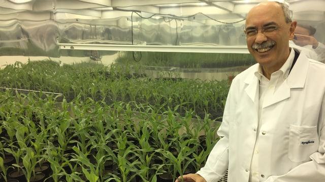 Ramos vor Pflanzen in Forschungsstation