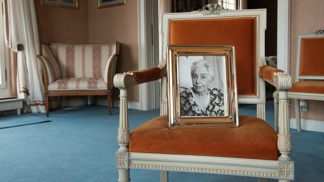 Ein Porträt steht auf einem Sessel.
