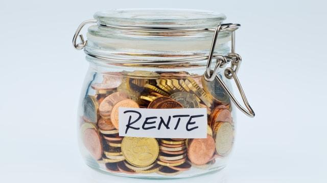 """Einmachglas gefüllt mit Münzen und der Aufschrift """"Rente""""."""