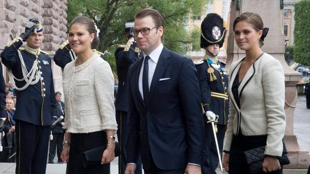 Kronprinzessin Victoria von Schweden, Prinz Daniel und Prinzessin Madeleine im Parlament.
