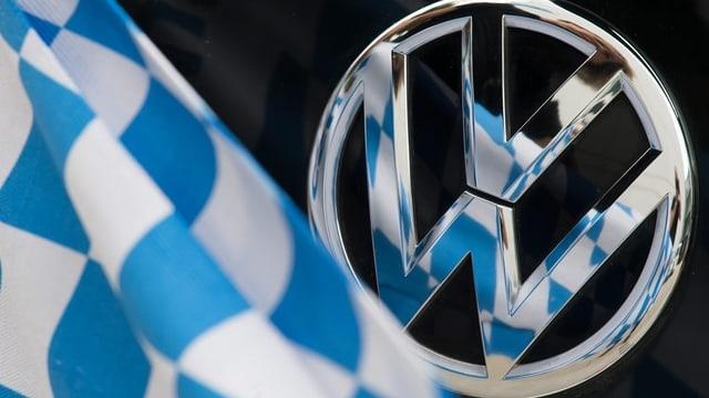Bandiera da la Bavaria davant in logo da VW.
